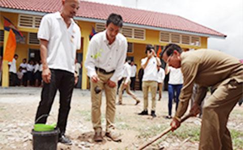 カンボジアの教師と共同作業中